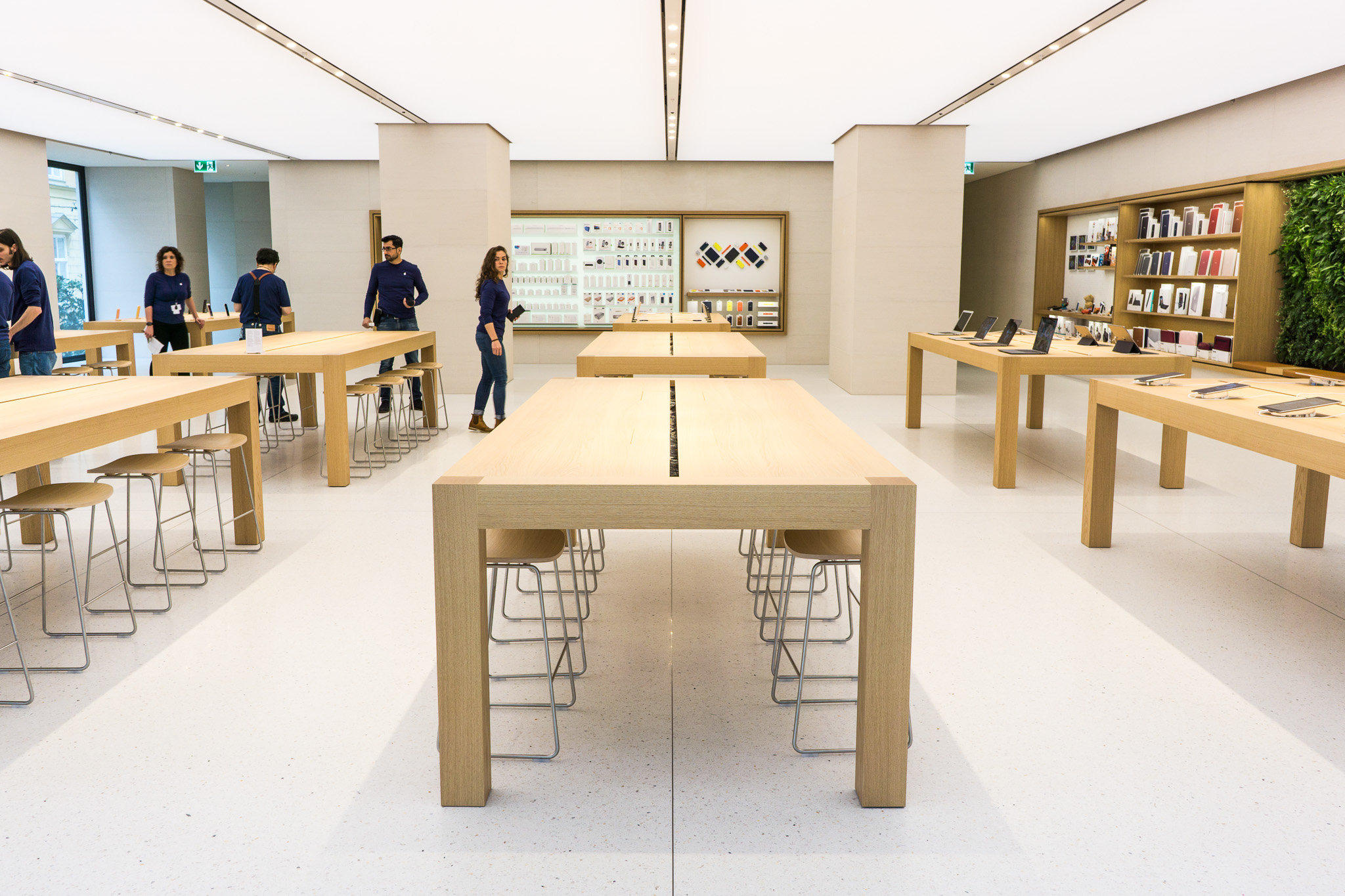 eindr cke und bilder vom ersten apple store in sterreich apple k rntner stra e in wien. Black Bedroom Furniture Sets. Home Design Ideas